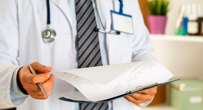 Врач читает медицинскую карту