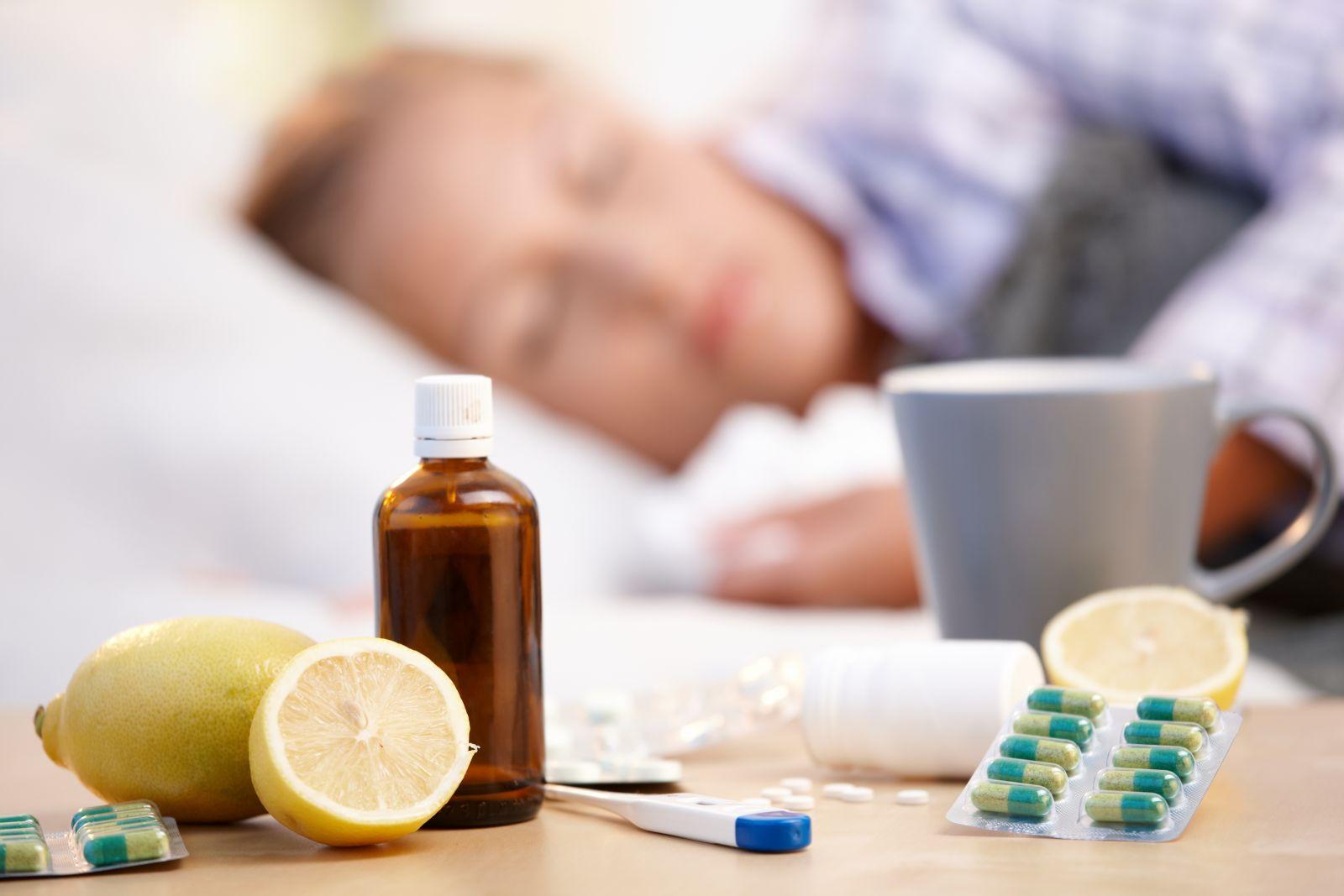 Больной человек с лекарствами