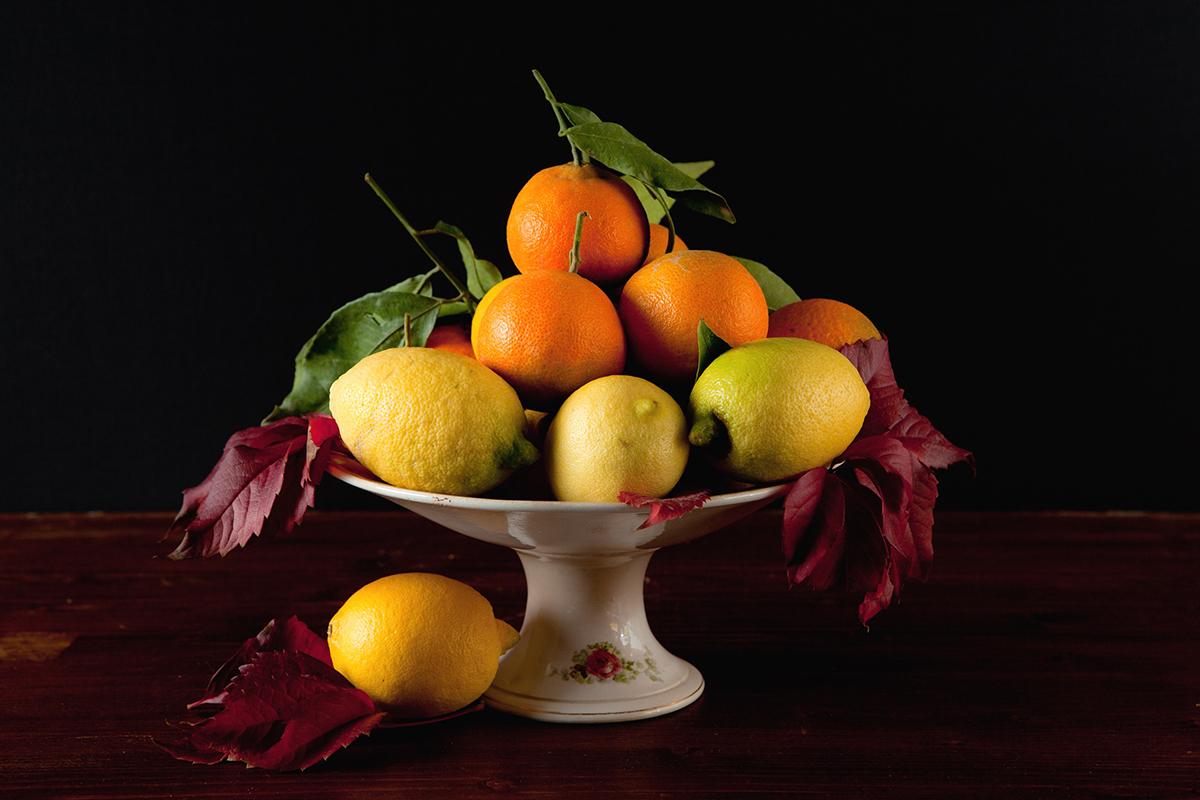 Лимоны и апельсины в вазочке